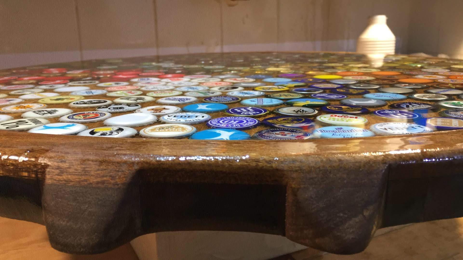 Mesa de tampinhas de cerveja com resina epóxi