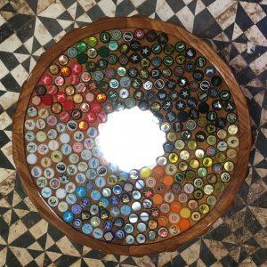 Mesa de tampinhas de cerveja em resina epóxi pronta