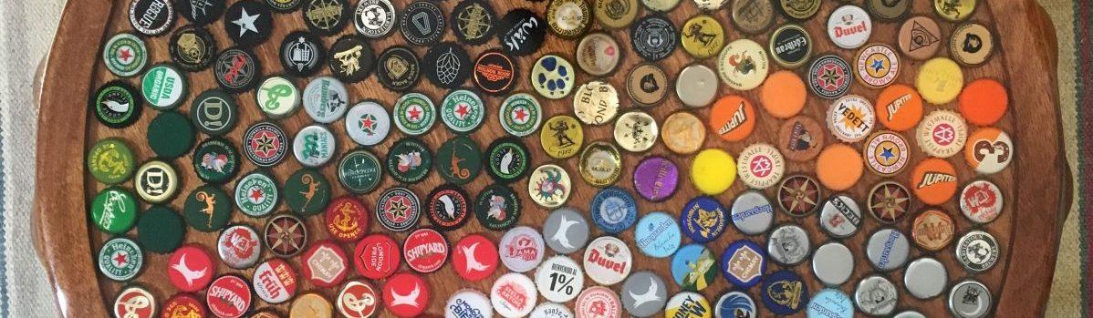 Mesa de tampinhas de cerveja em resina epóxi